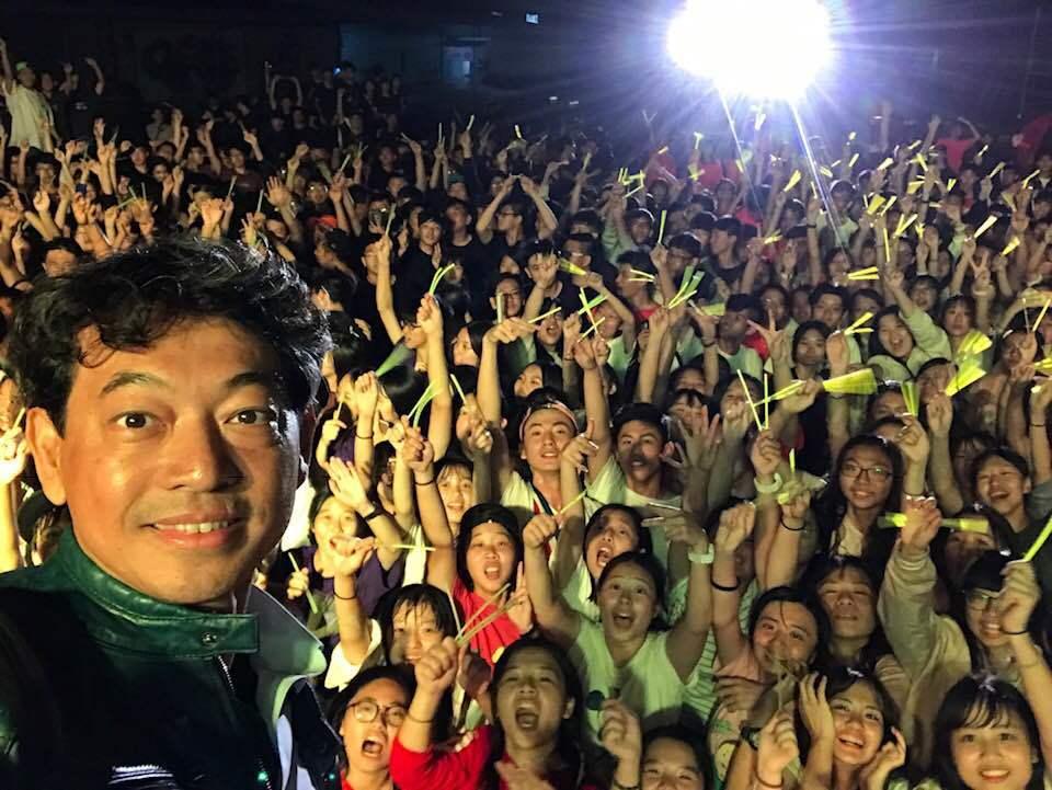 道明中學校長林耀隆與學生打成一片。圖/摘自臉書