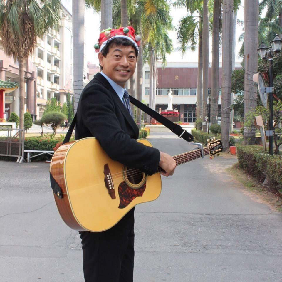 年輕時組搖滾樂團彈電吉他的校長林耀隆,現在是暖男吉他手。圖/摘自臉書