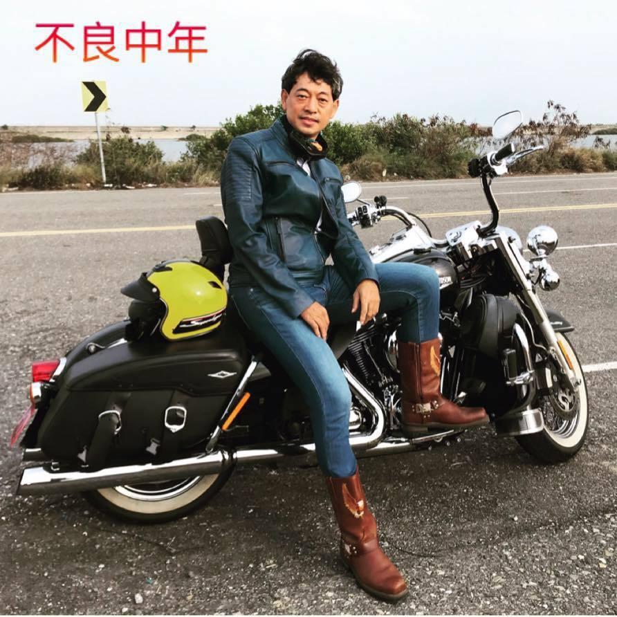道明中學校長林耀隆騎重機,還幽默加註「不良中年」!網友回應:這麼帥氣是要逼死誰啦...