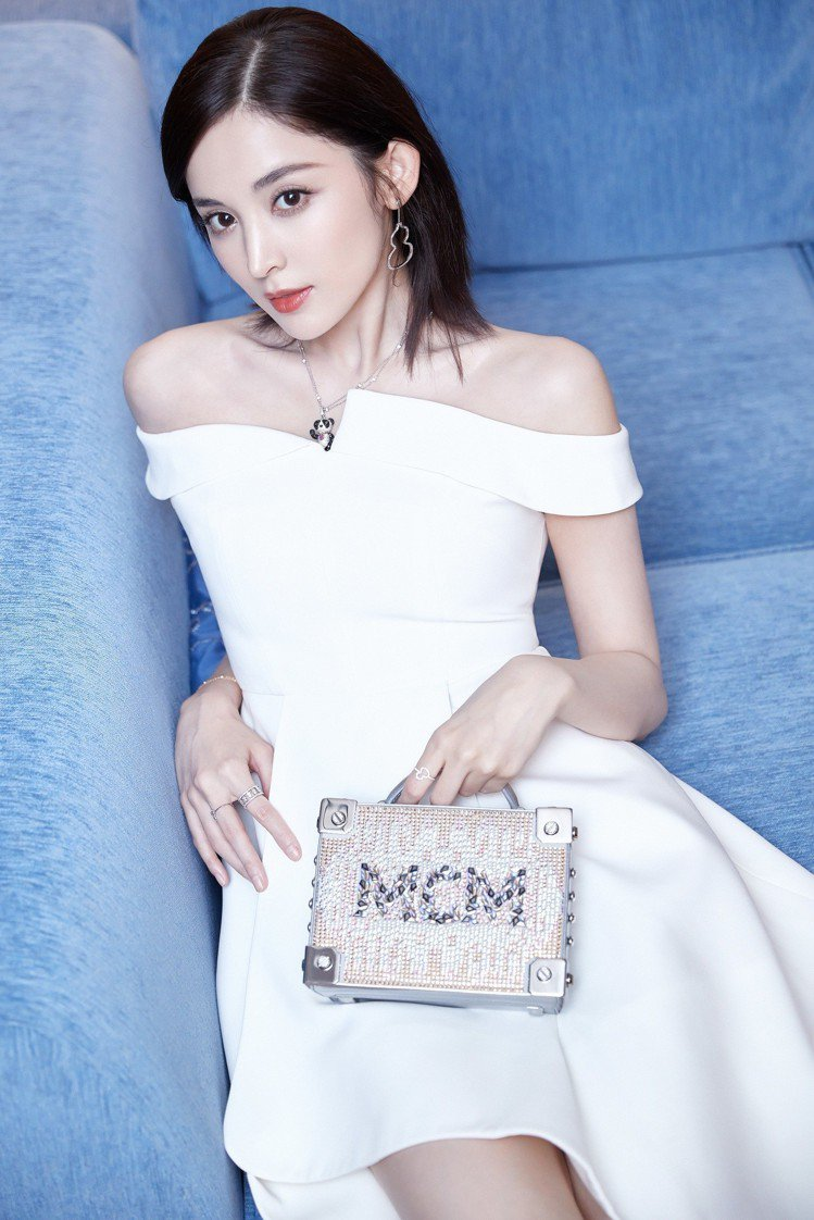 古力娜扎以MCM的節慶系列Berlin包款展現華麗公主風。圖/MCM提供