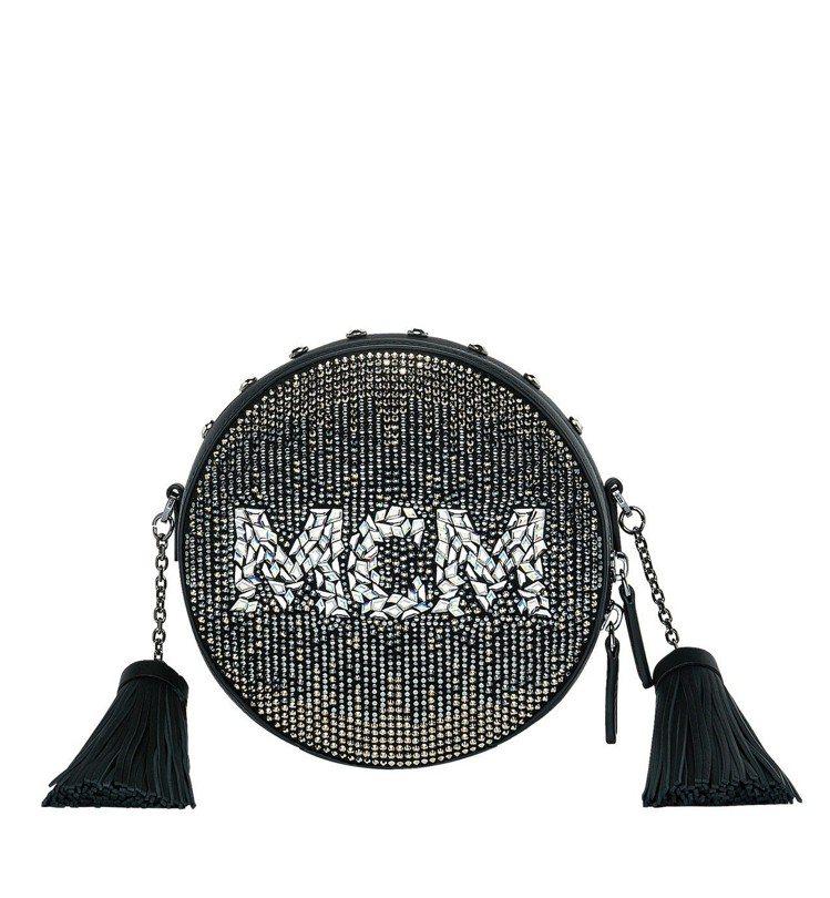 Berlin黑色水晶圓形斜背包,售價96,500元。圖/MCM提供