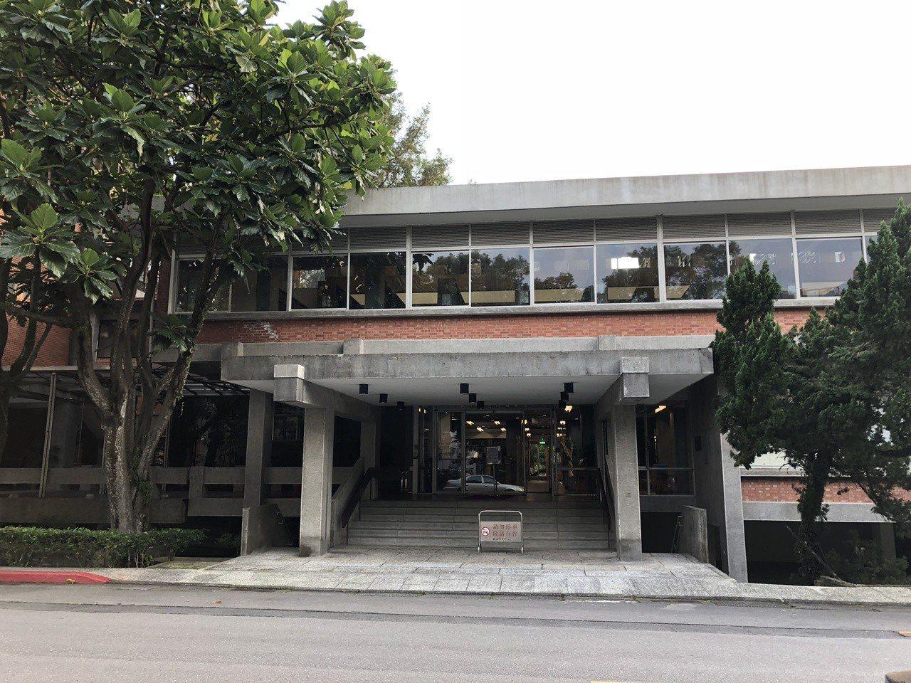 中研院歐美所圖書館外觀,是國內最早富生態考量的現代主義建築。裡外建材都是清水磚與...