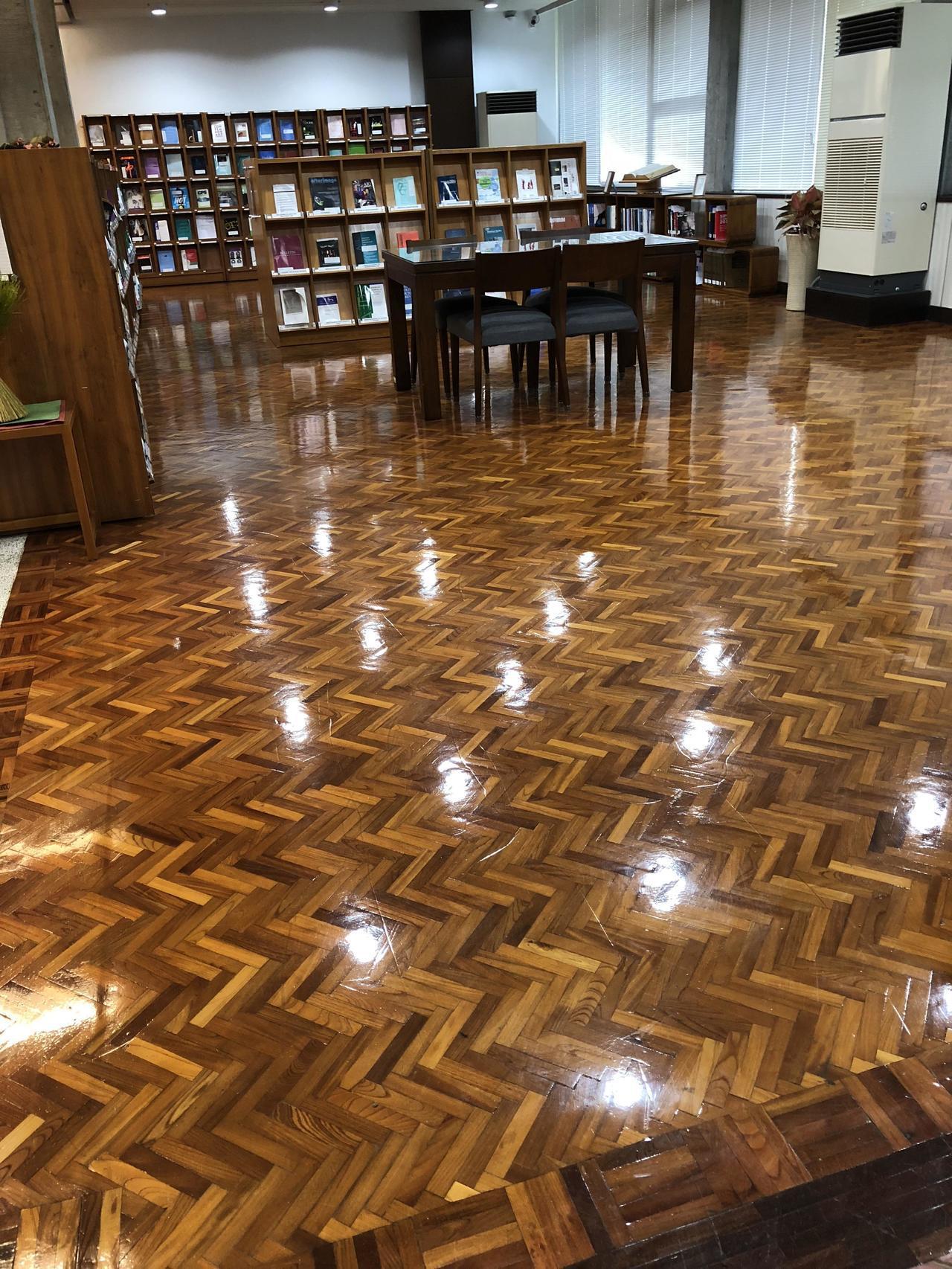中研院歐美所圖書館觀賞重點,超大片櫸木地板。記者何定照/攝影