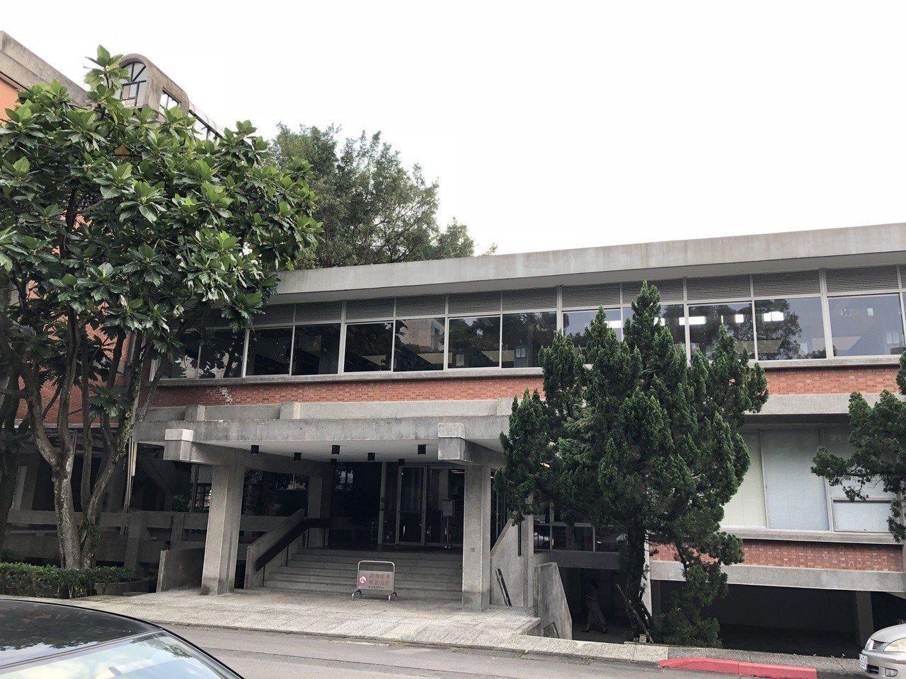 中研院歐美所圖書館觀賞重點,二樓現代主義式的水平窗帶。記者何定照/攝影
