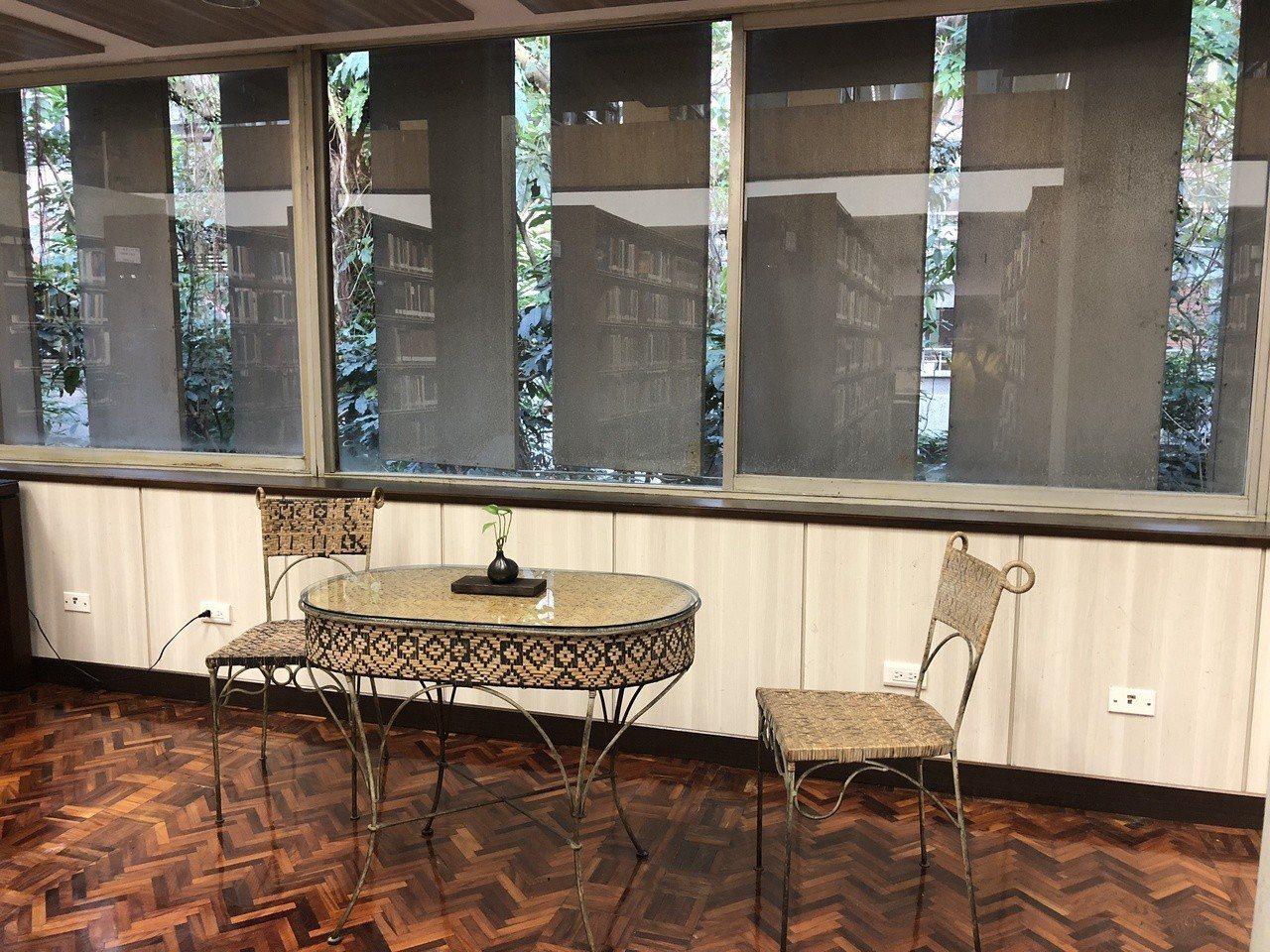 中研院歐美所圖書館觀賞重點,桌椅安排小巧細緻,處處是閱讀美處。記者何定照/攝影