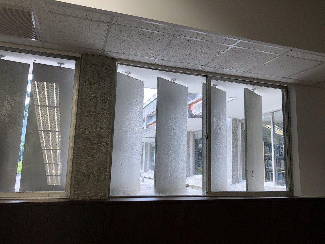 中研院歐美所圖書館觀賞重點,窗外設有遮陽板,若遇颱風還可轉為颱風板。記者何定照/...