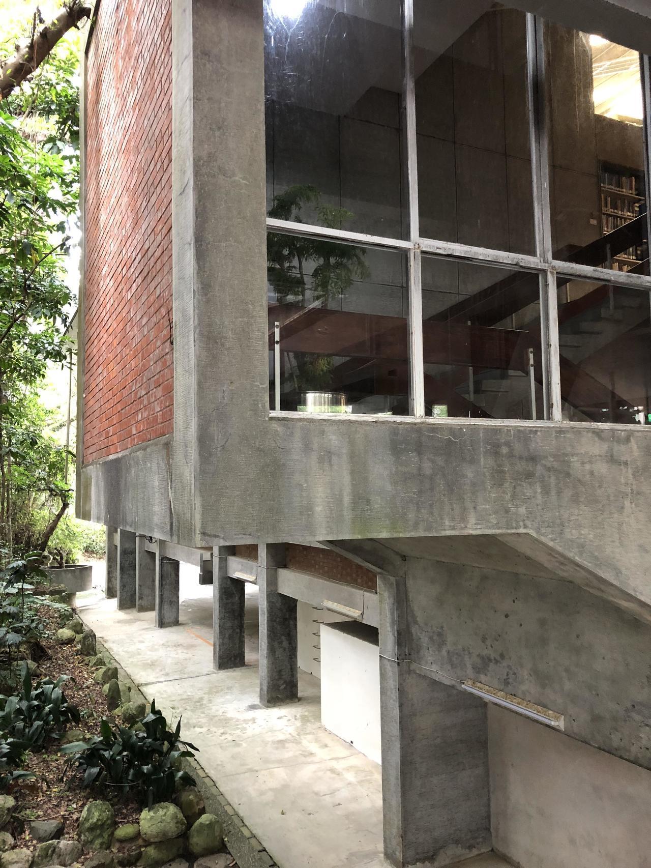中研院歐美所圖書館觀賞重點,此因內部樓梯帶出凸出外部的設計,充分表現現代主義「功...