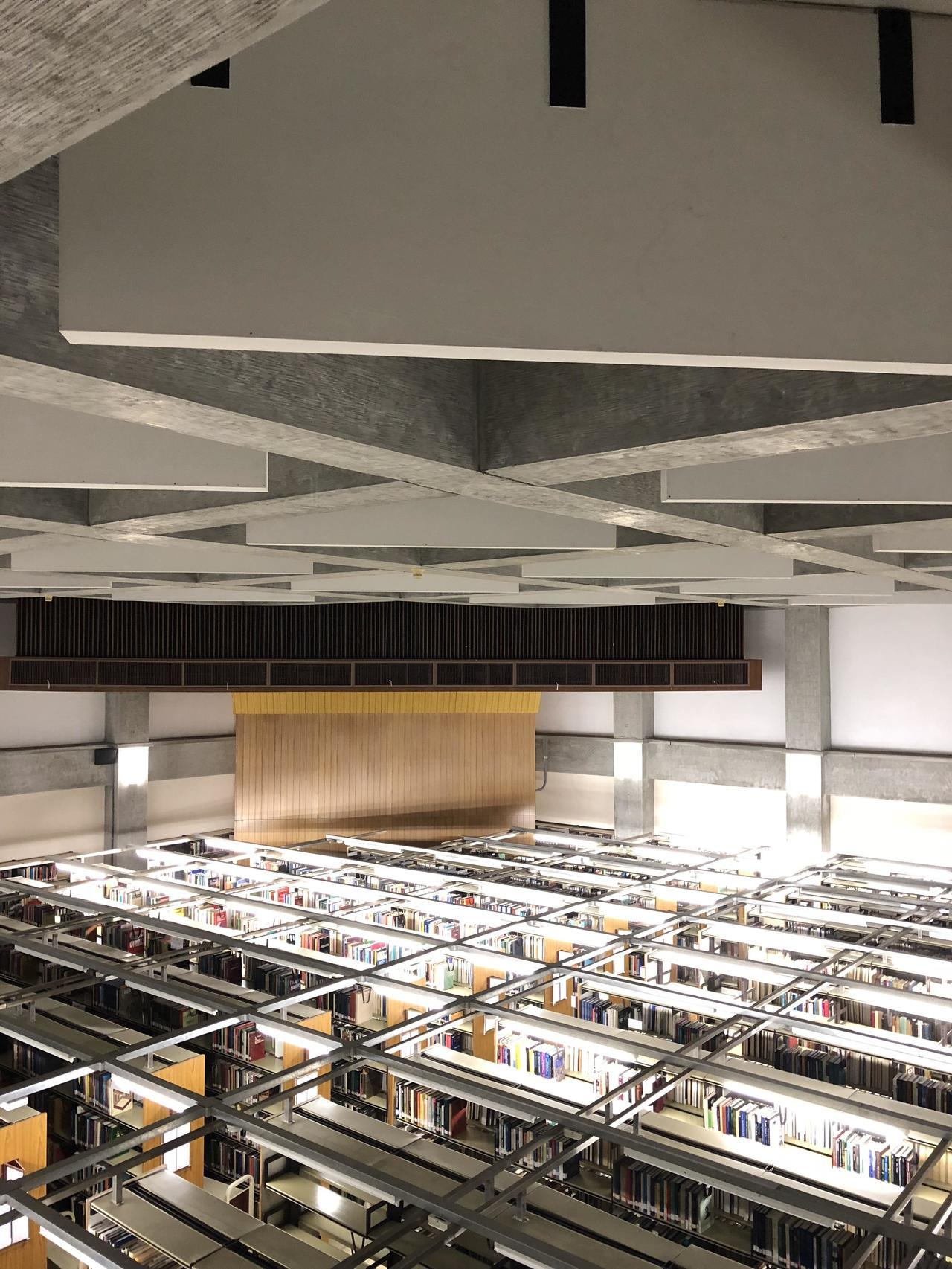 中研院歐美所圖書館觀賞重點,圖書館原為會議廳,上方有隔音板,使得傳音效果特好。記...