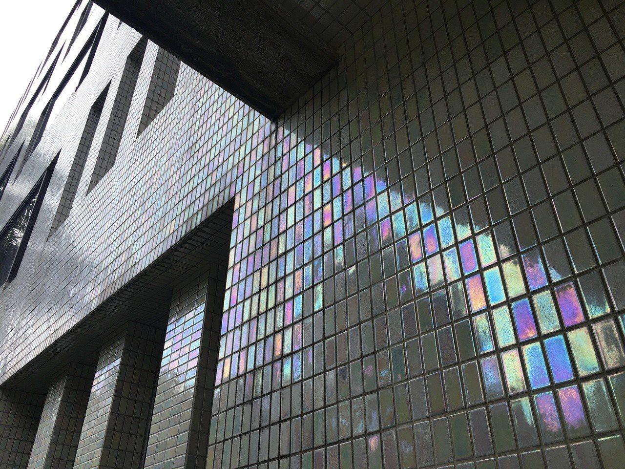 分子生物研究所表面用白色磁磚,且會隨光線反映彩色光亮。記者何定照/攝影