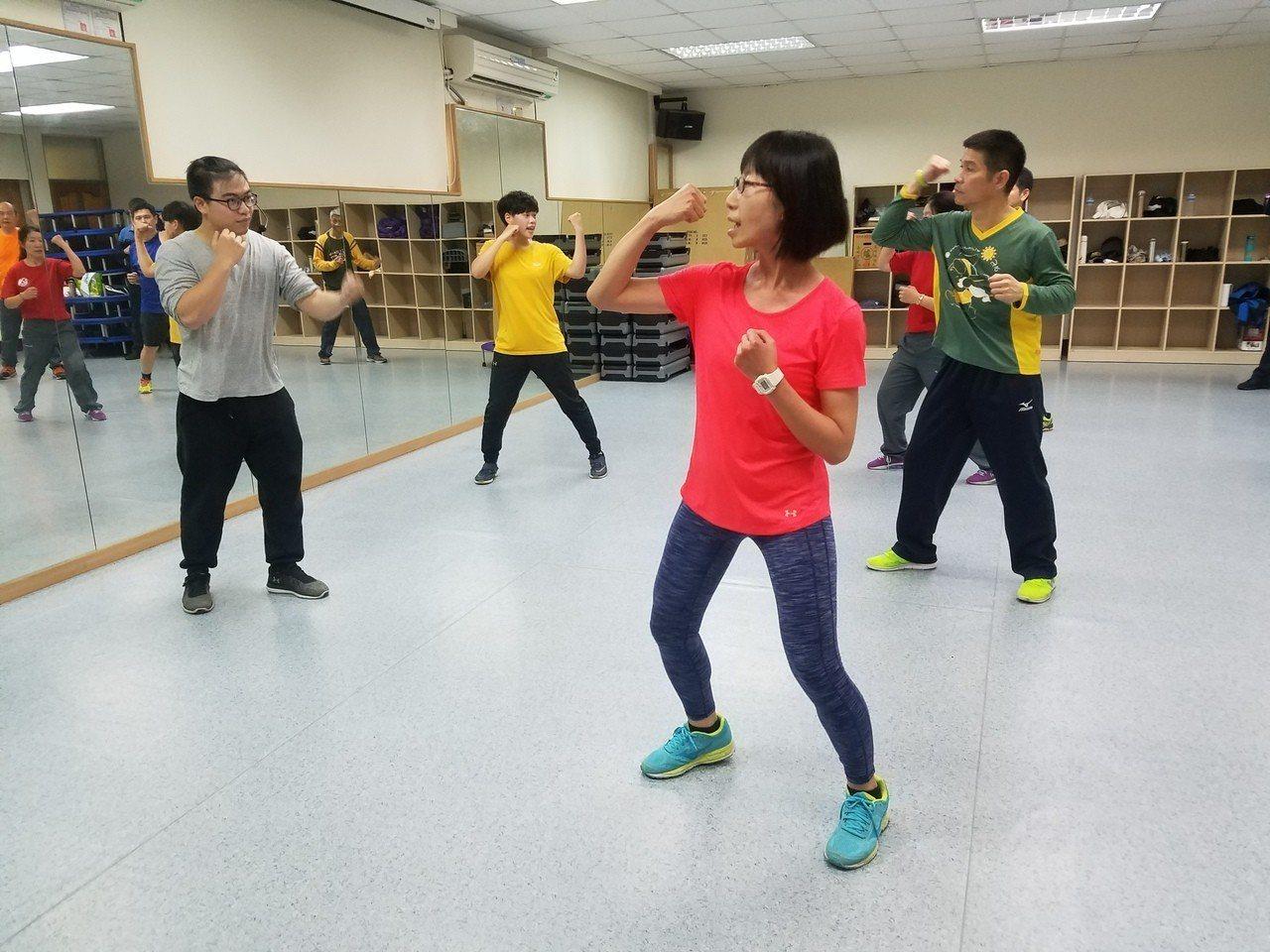 運管系大四生吳宣範(左一)曾在台元健身房擔任兼職教練。記者郭宣彣/攝影