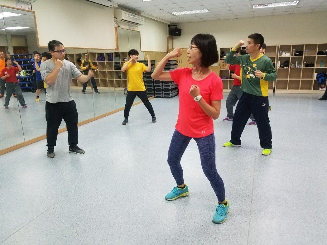 運管系大四生吳宣範(左一)曾在台元健身房擔任兼職教練。 記者郭宣彣/攝影