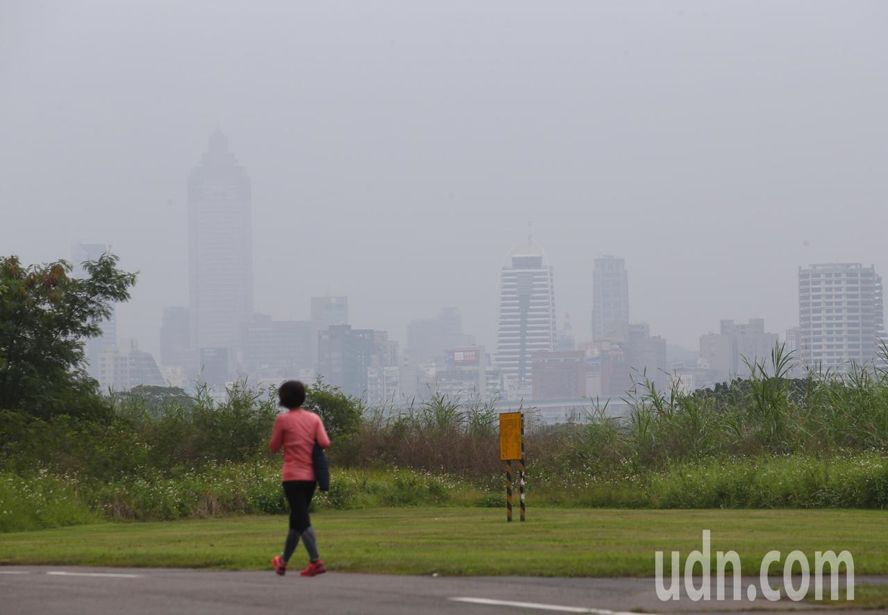 中央氣象局發布濃霧特報,表示今天西半部及馬祖地區易有局部霧或低雲影響能見度。記者...