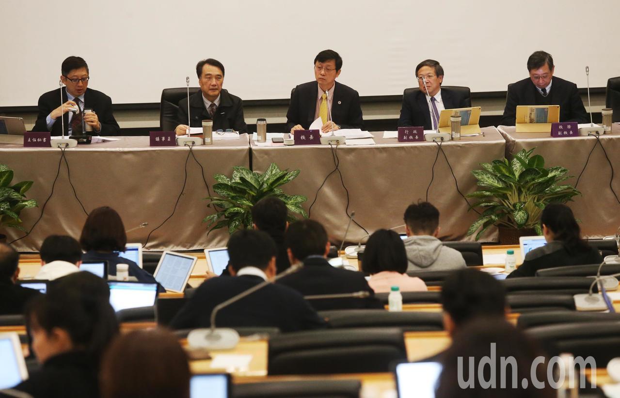 台灣大學今天上午舉行107學年度第1學期第2次校務會議,因管中閔將於下周接任校長...