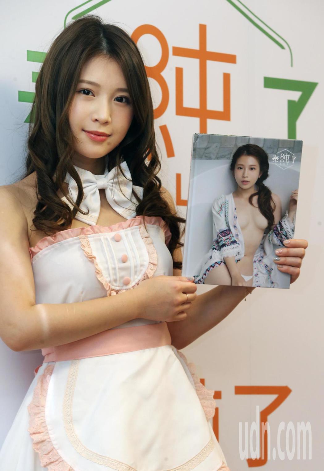 「宅男女神」雞排妹(鄭家純)今天出席第4本寫真集《泰純了》簽名會。記者徐兆玄/攝