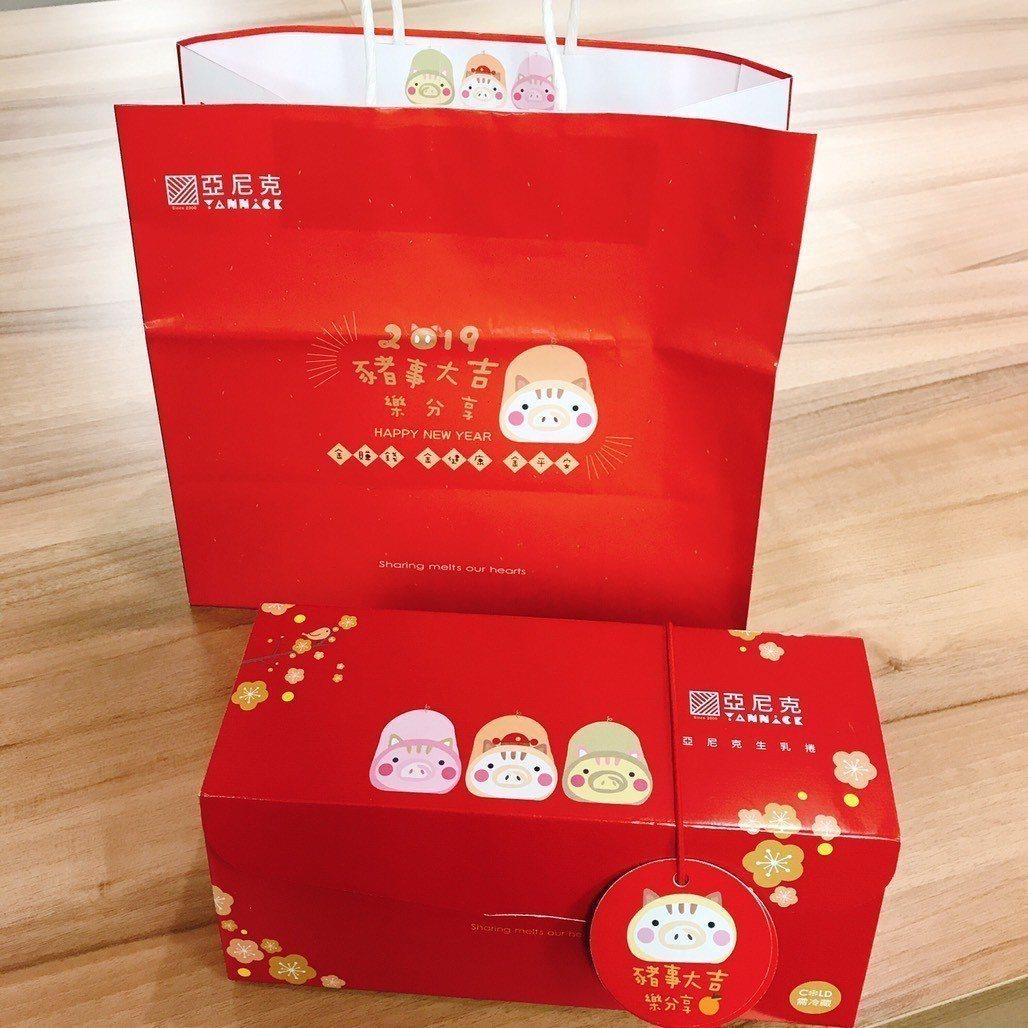 生乳捲豬寶寶融入洋紅色的包裝盒、提袋。圖/亞尼克提供