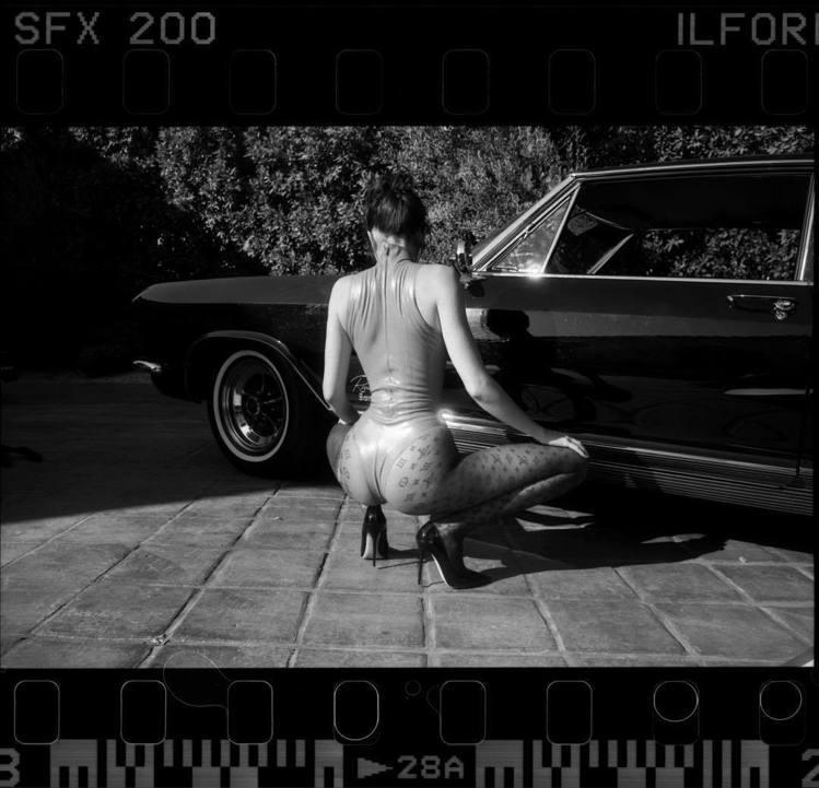 坎達爾珍娜的攝影師好友Sasha Samsonova為她拍攝緊身褲穿搭系列照片。...
