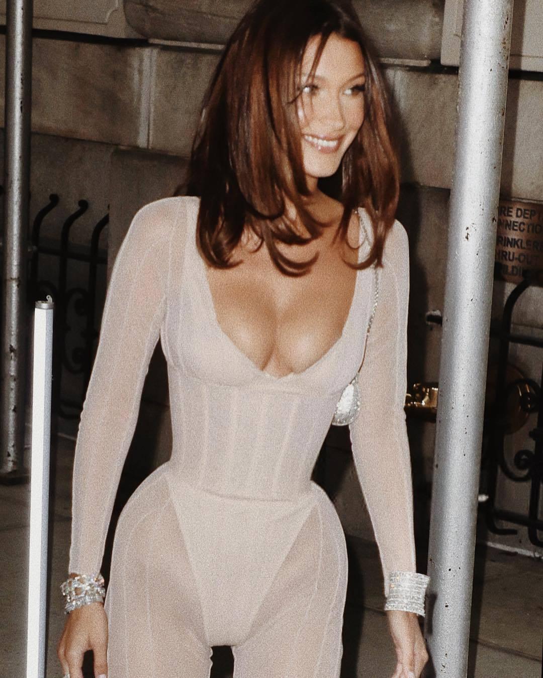貝拉哈蒂德在紐約街頭穿Custom Mugler連衣褲,勇奪目光焦點。圖/取自I...