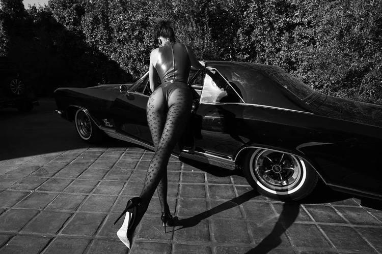 坎達爾珍娜展現修長美腿。圖/取自IG