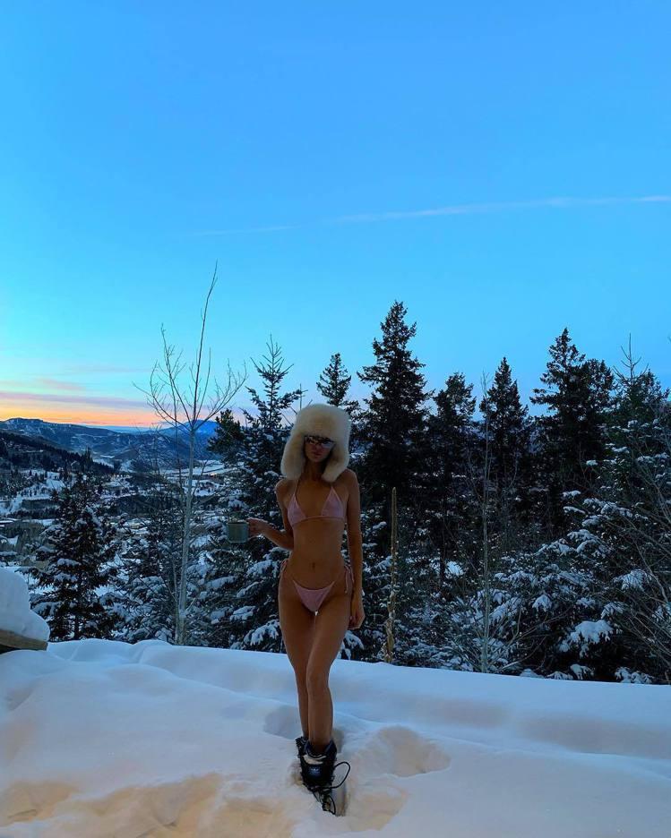 坎達爾珍娜在雪地穿比基尼喊冷,超模的日常很有看頭。圖/取自IG