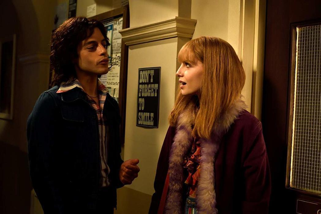 雷米馬力克與露西柏英頓在「波希米亞狂想曲」中有段複雜的情緣。圖/摘自imdb
