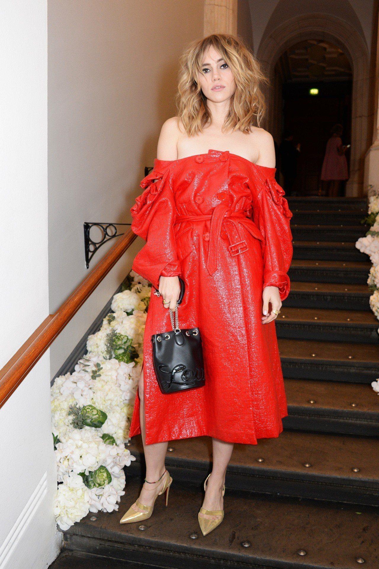 蘇琪沃特豪斯以黑色Marie Jane Bucket配襯紅裙。圖/Christi...