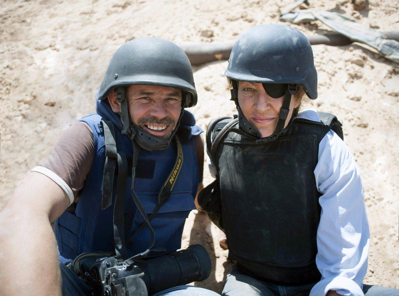 羅莎蒙派克在新片《私人戰爭》挑戰詮釋已故知名戰地記者瑪麗柯爾文(圖右)。 (美聯...