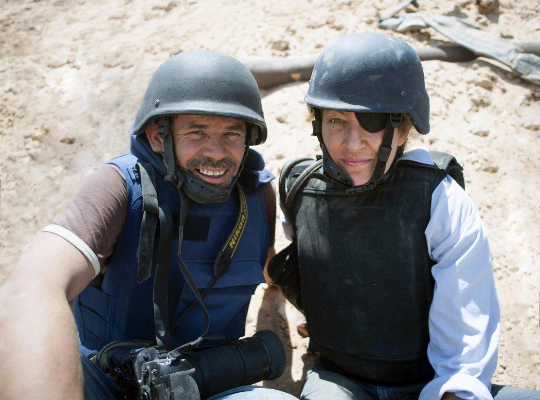 羅莎蒙派克在新片《私人戰爭》挑戰詮釋已故知名戰地記者瑪麗柯爾文(圖右)。 (美聯社)