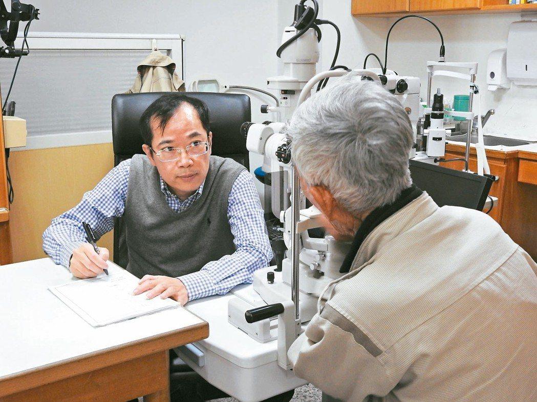 南投縣現代眼科診所執行的白內障手術,使用健保人工水晶體比率近九成九。院長張志傑指...
