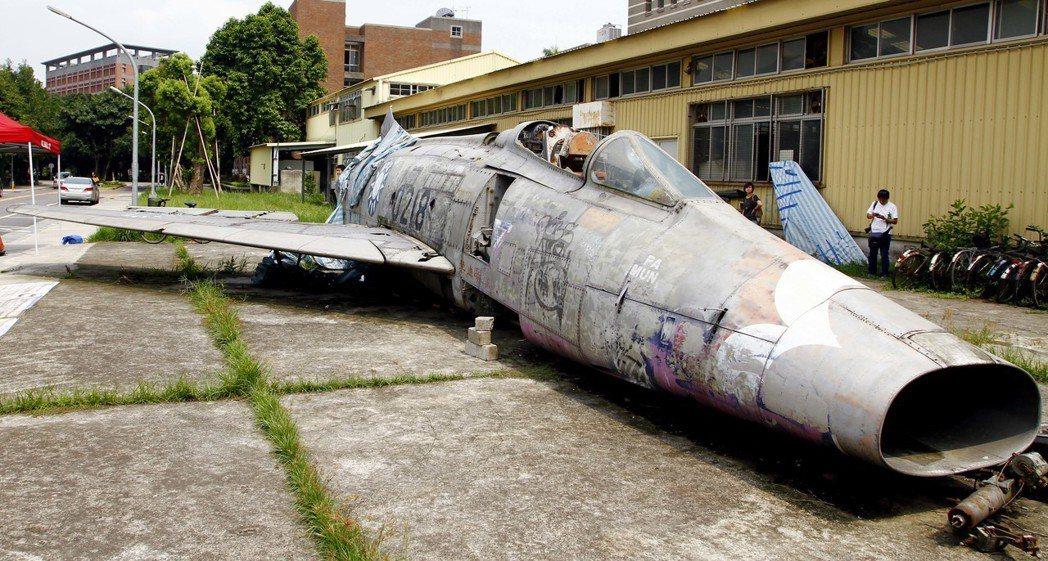 台大校園F100超級軍刀機。聯合報系資料照