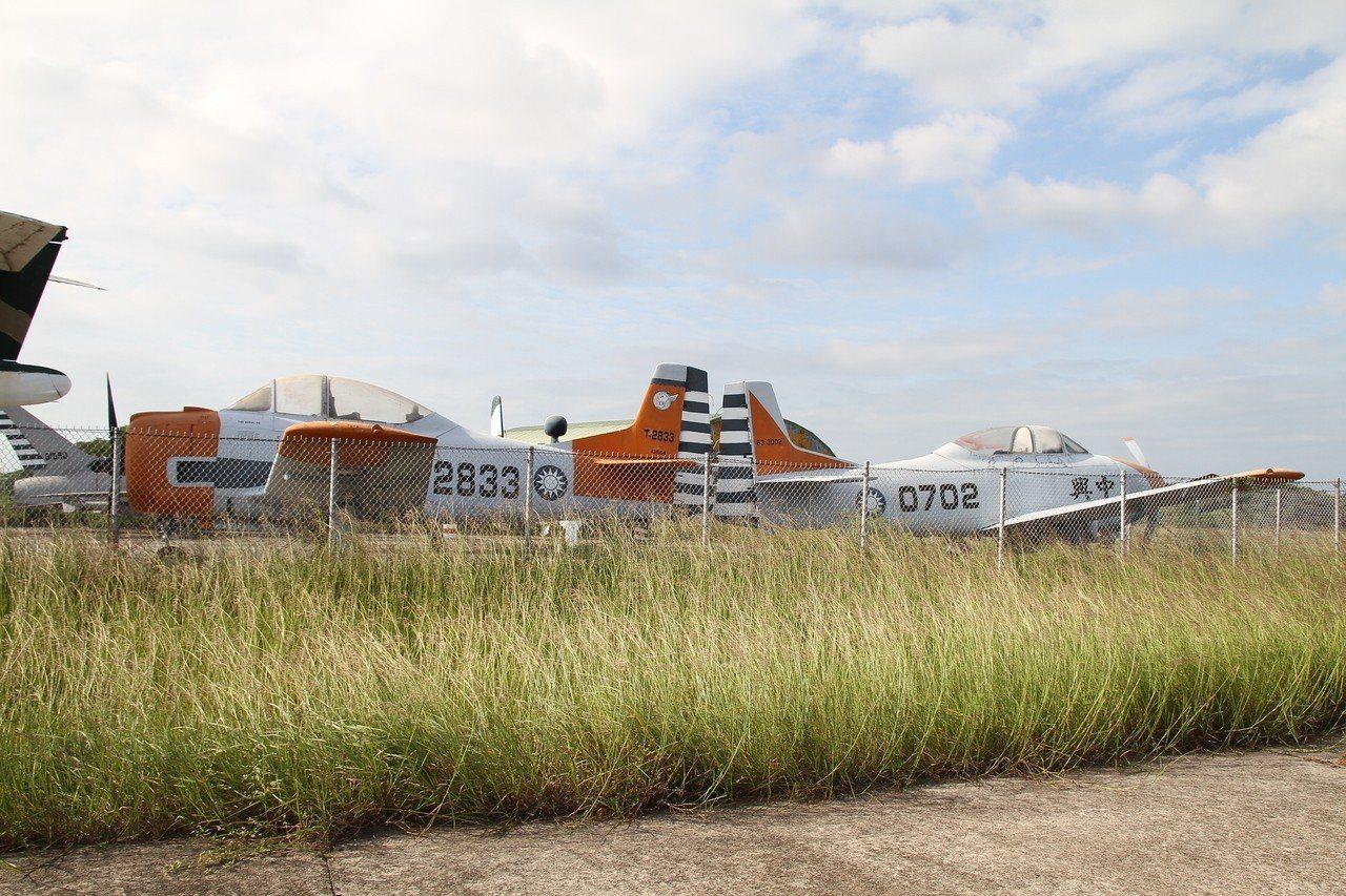 曾參加阿爾及利亞戰爭的T-28(左),以及航發中心最早設計的中興號(右)。圖/讀...