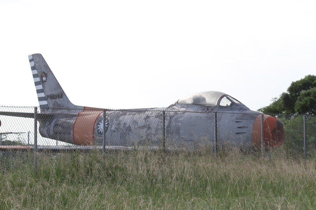 斑駁嚴重的F-86軍刀機,座艙罩下方依稀可見三枚紅星標誌。圖/讀者提供