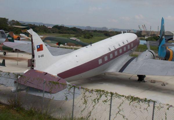DC-3在2015年剛搬到軍機場停放不久,就因為颱風導致機尾方向舵被吹倒。圖/讀...