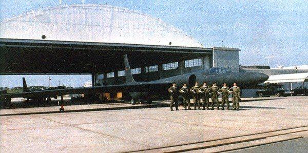 黑貓中隊後期的照片,機棚內外可看到兩架U-2。圖/空軍提供