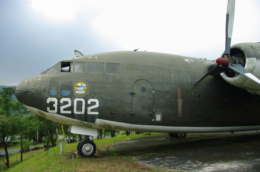 南化軍史公園的C-119運輸機,保存狀況極差,機艙還可任意闖入,窗戶也被打開任憑...