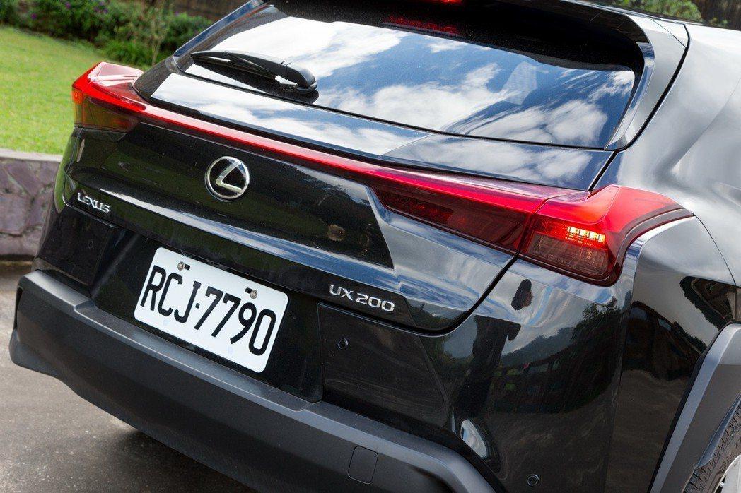 一體成形的尾燈造型是LEXUS UX車系的設計亮點。 記者陳立凱/攝影