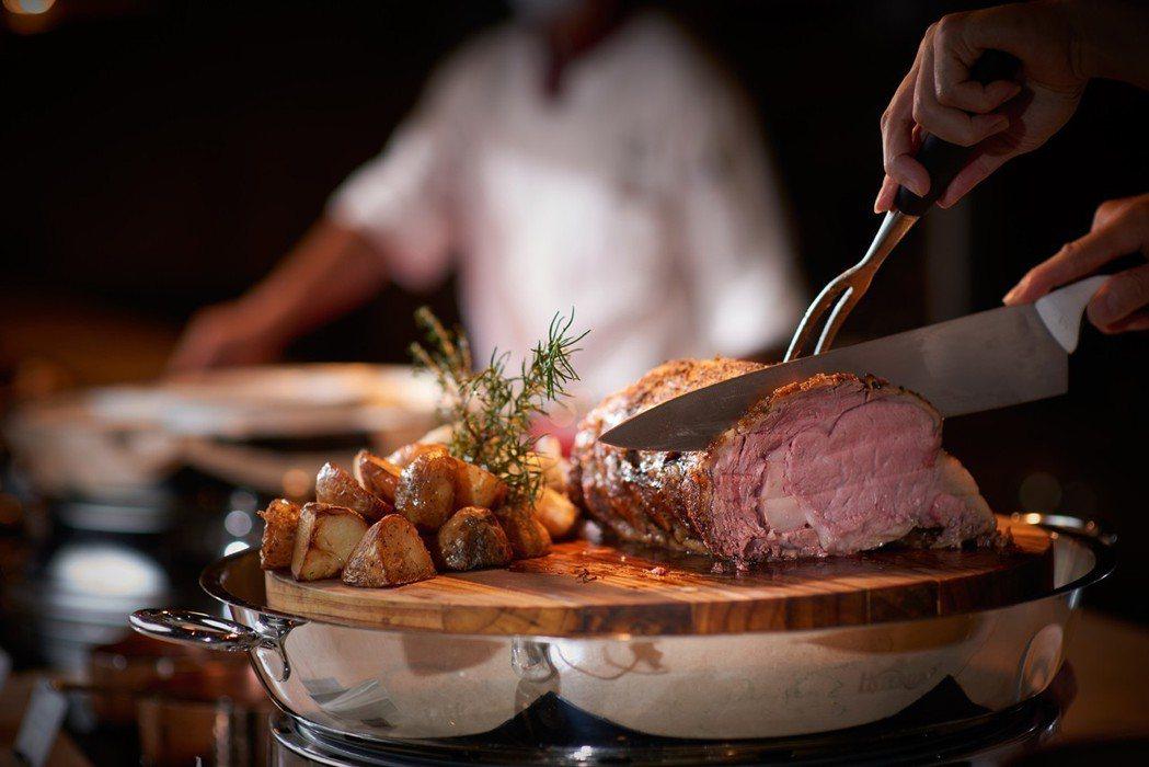 台北美福大飯店彩匯自助餐廳-美味的現切餐檯。台北美福大飯店/提供
