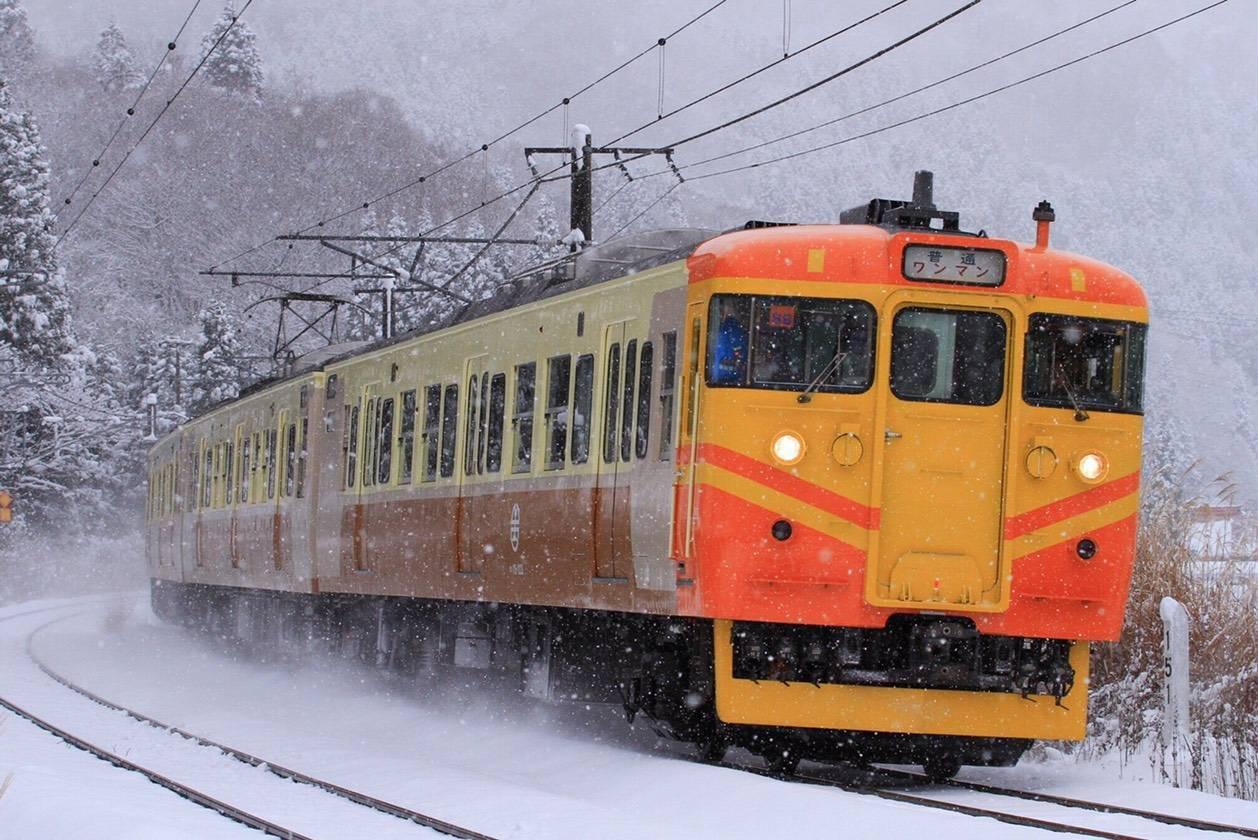 日本信濃鐵道,將115系列車彩繪成台鐵EMU100型自強號列車。圖/台鐵提供