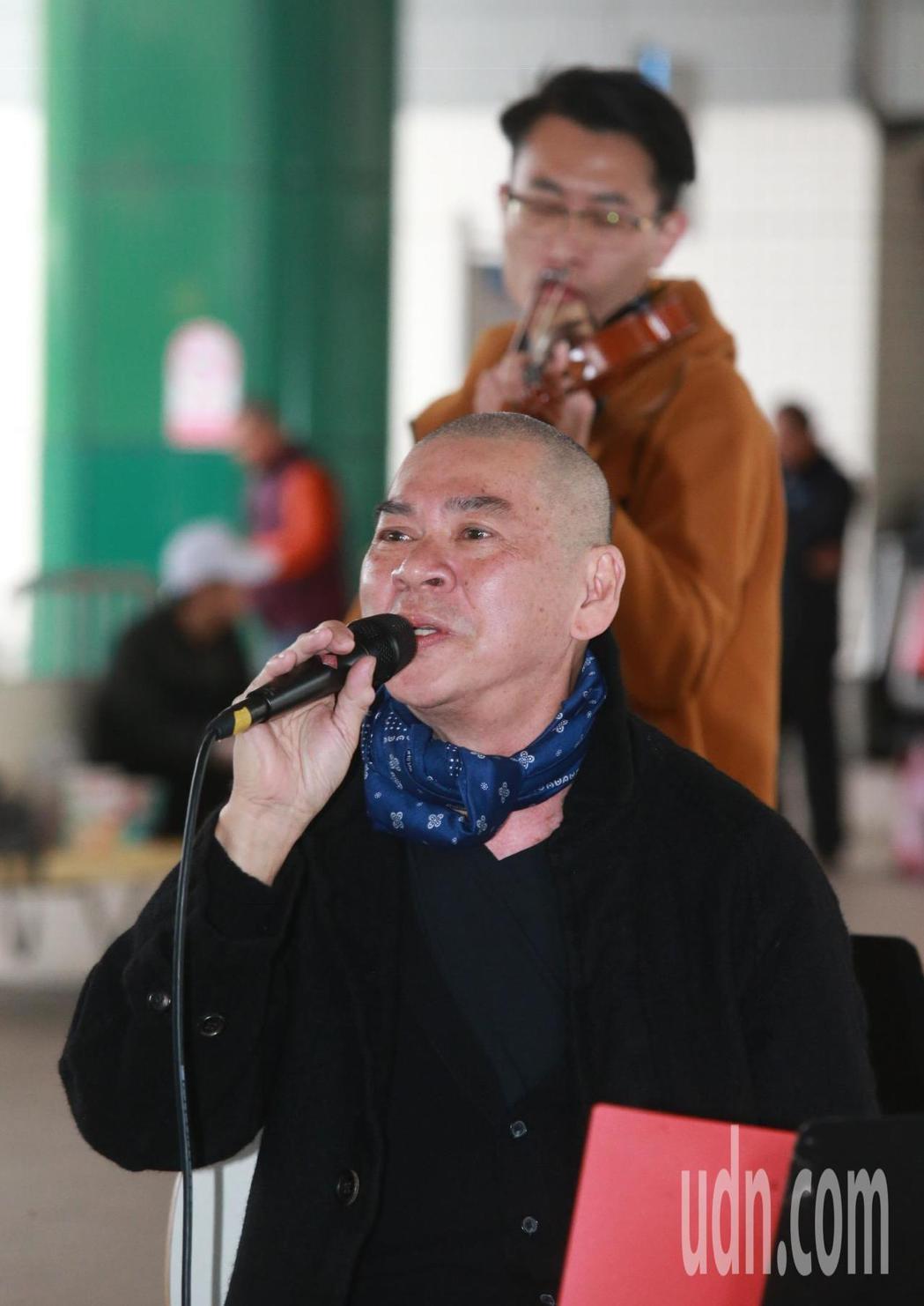 導演蔡明亮下午在捷運新店站首度挑戰「街頭藝人」開放式的演唱,為街友舉行的「寒士吃...