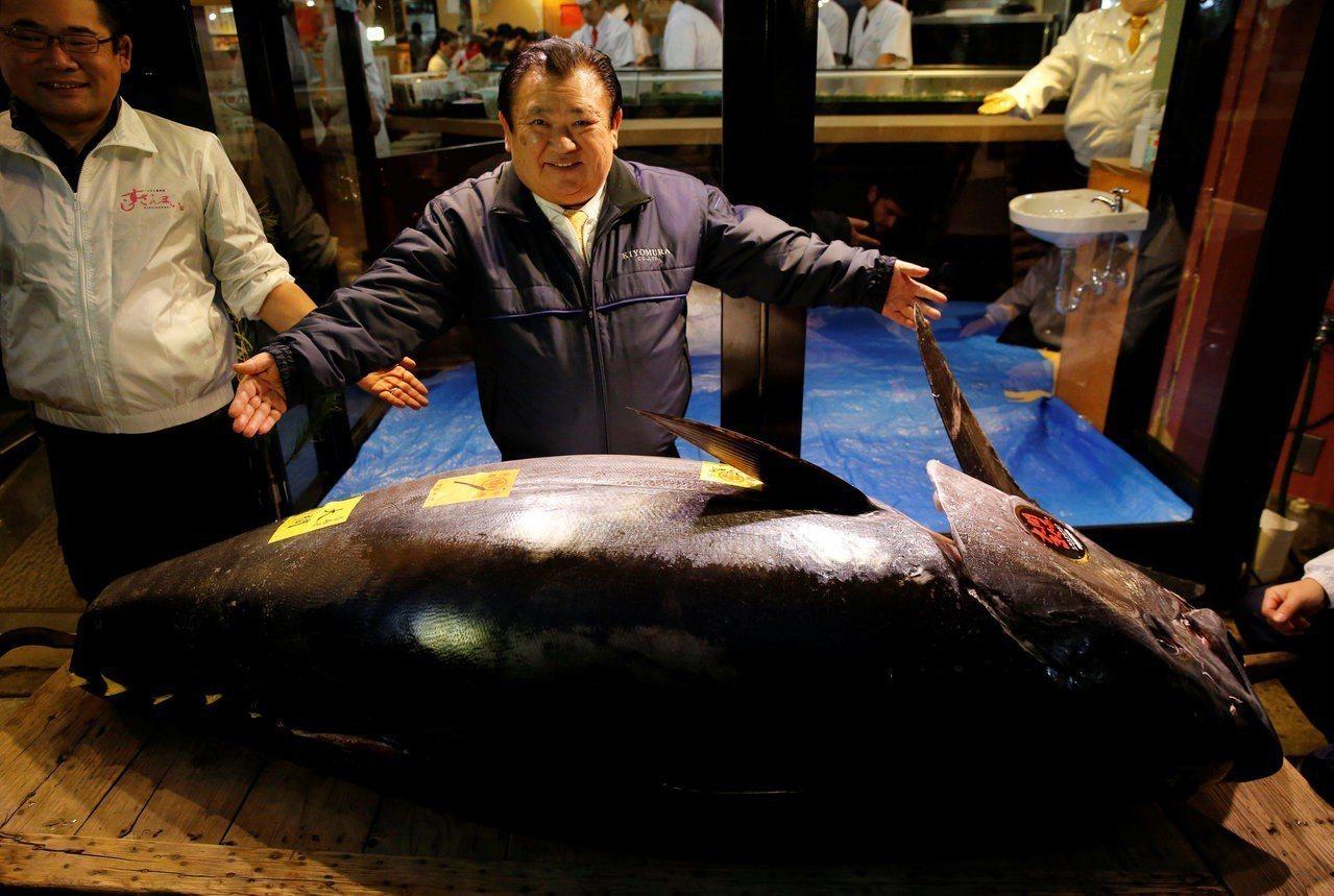東京豐洲市場5日拍賣出史上最貴3.33億日圓的黑鮪魚,由連鎖壽司店「壽司三昧」老...