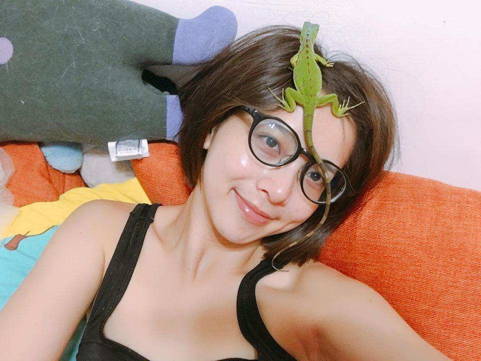蔡祥自台大獸醫系休學,依然和動物離不開,養的蜥蜴也成為她的配飾。圖/摘自臉書