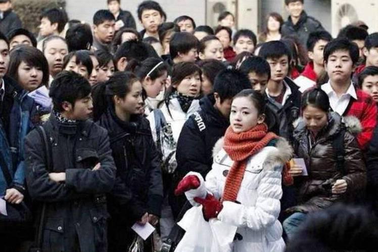 大陸女星吳謹言因演出「延禧攻略」中「魏瓔珞」一角爆紅,在此之前她其實已出道8年,始終欠缺爆紅機會;而她畢業於北京電影學院表演系,最近微博上曝光10年前她報考的畫面,當時還成為報導圖,網友大讚:「從小...