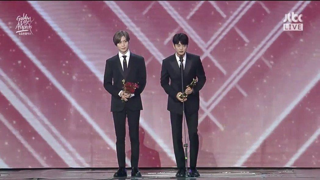 珉豪和泰民代表上台領獎。圖/翻攝自jtbc