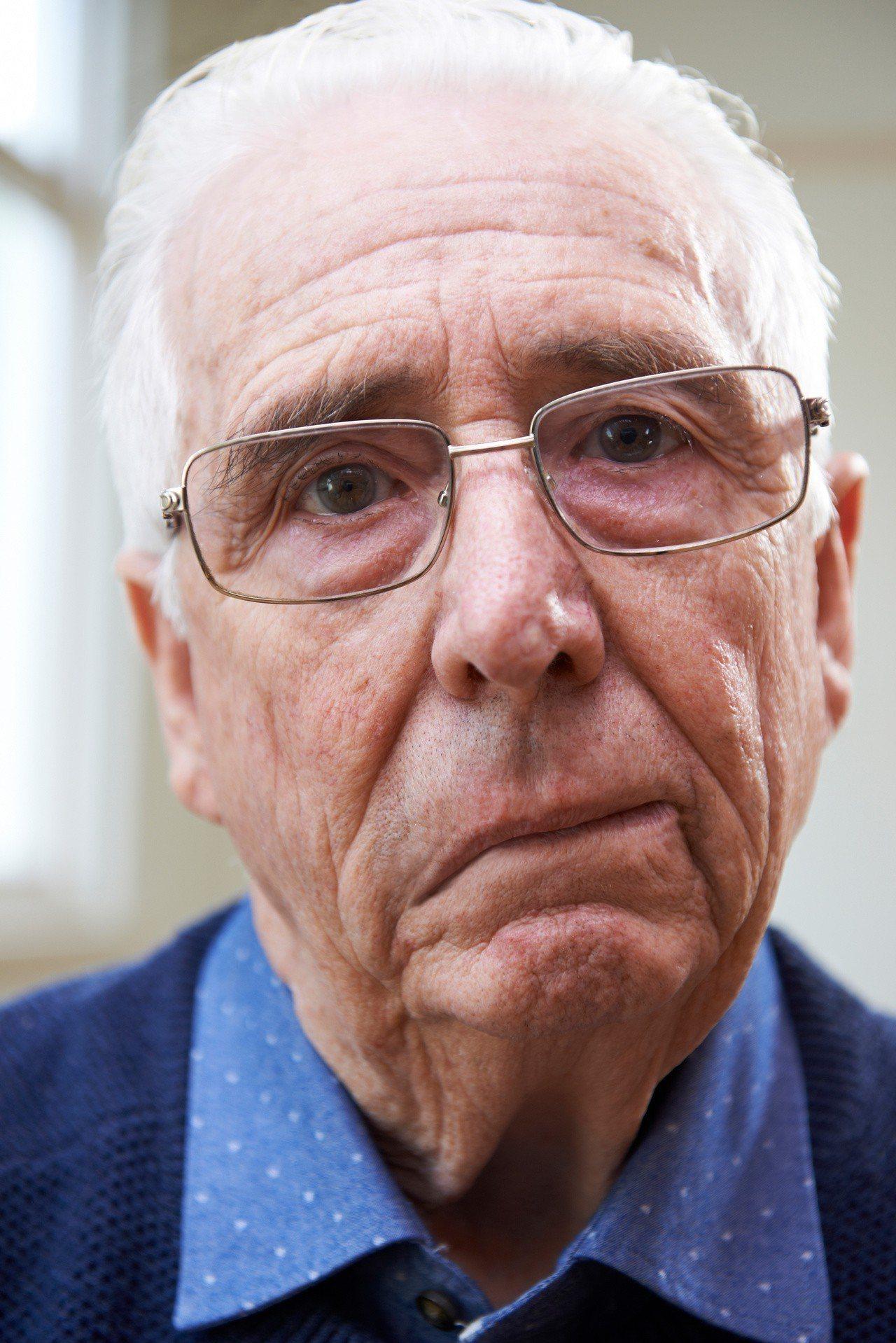臉部表情不對稱或嘴角歪斜,是中風的可能症狀之一。 圖/123RF