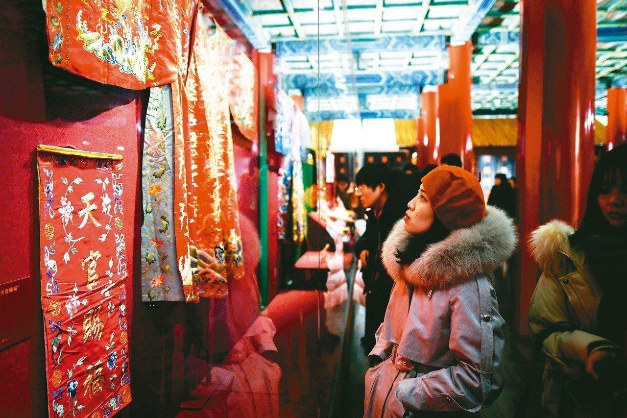 「賀歲迎祥—紫禁城裡過大年」展覽6日起亮相午門展廳,吸引民眾前來參觀。 法新社