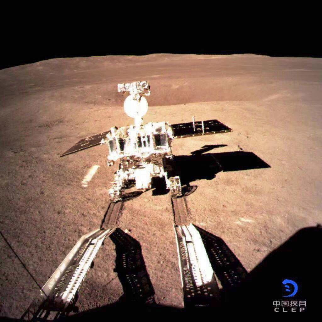 「嫦娥四號」著陸器與「玉兔二號」巡視器工作正常,互拍照片經鵲橋中繼衛星轉傳、圖像...