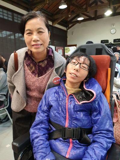 36歲秀秀(右)有小腦萎縮症,她的父親也患此疾,曾多次呼吸困難送醫、因拒絕插管而...