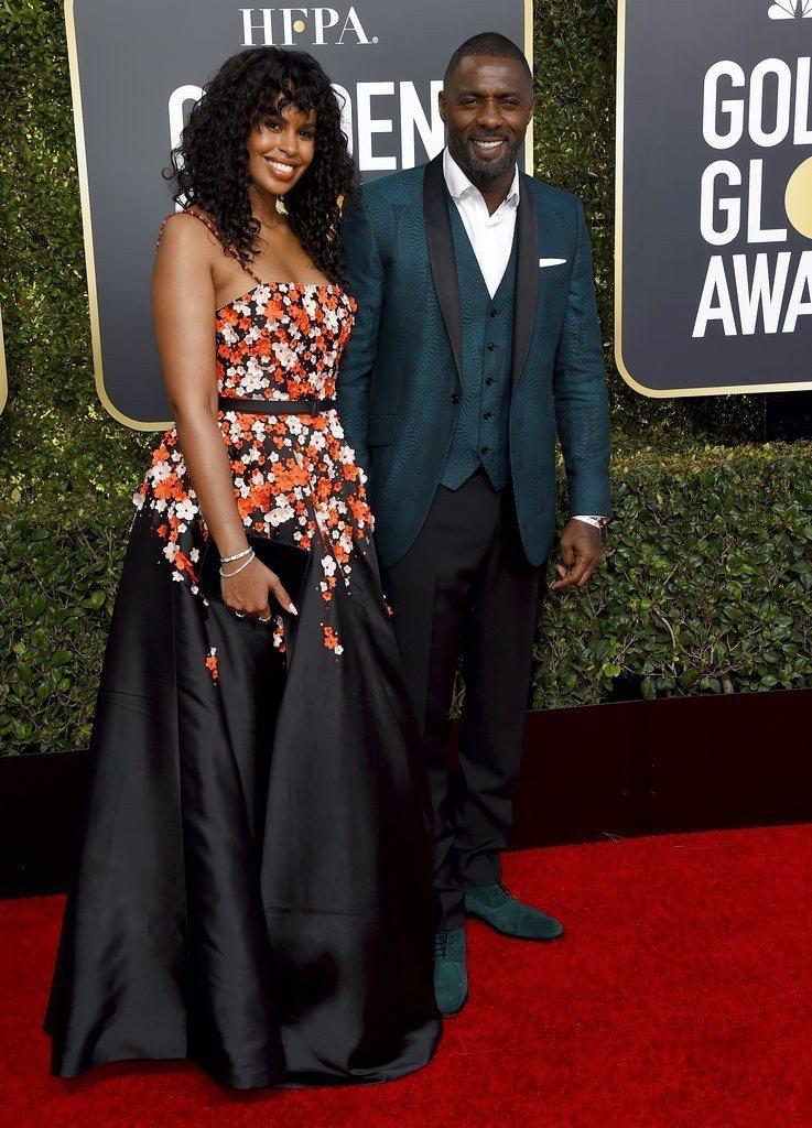 性格男星Idris Elba(右)以綠色印花西裝造型出席第76屆金球獎頒獎典禮。...