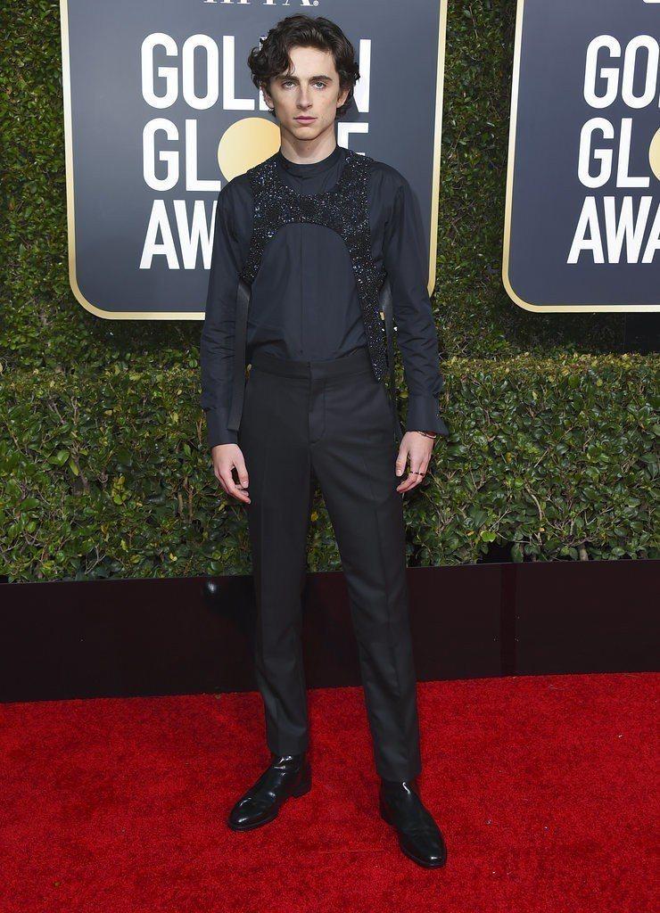 Timothee Chalamet穿了Louis Vuitton的黑色襯衫、長褲...