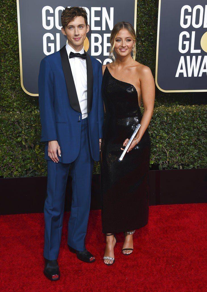 歌手Troye Sivan以深藍色禮服出席第76屆金球獎頒獎典禮。圖/美聯社