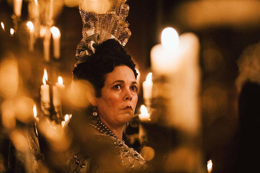 奧莉薇亞柯爾曼在《真寵》中飾演虛弱的安妮女王。 圖/摘自IMDb